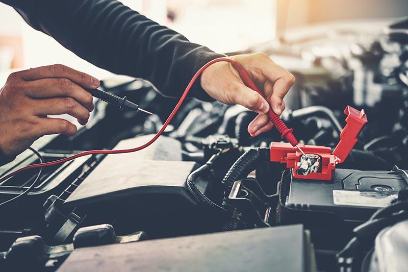 technicien-auto-sur-batterie-voiture